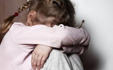 Ребенок плачет без причины — о чем говорят тихие детские слезы