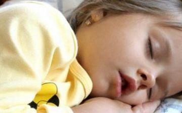 Ребенок скрипит зубами во сне почему и что делать