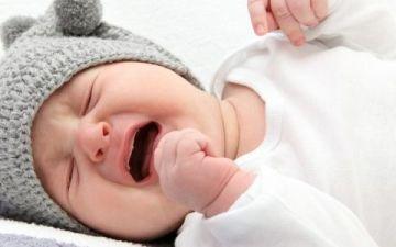 Как успокоить новорожденного ребенка когда он плачет