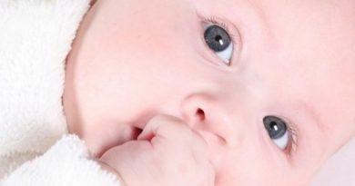 Почему ребенок постоянно сосет пальцы — как отучить