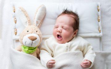 Сколько должен бодрствовать ребенок в первые месяцы