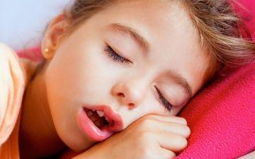 Ребенок храпит ночью во сне, а соплей нет. Что делать?