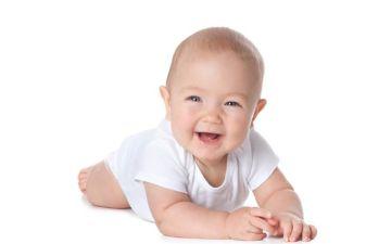 В каком возрасте ребенок должен начинать держать головку