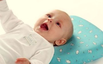Надо ли класть подушку новорожденным в кроватку