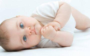 Когда малыш осваивает переворот на бочок, живот, спину