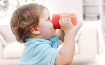 Как быстро научить малыша пить из чашки самостоятельно
