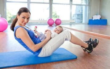 Можно ли кормящей маме при ГВ заниматься спортом, фитнесом
