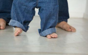 Когда ребенок начинает сам вставать на ножки