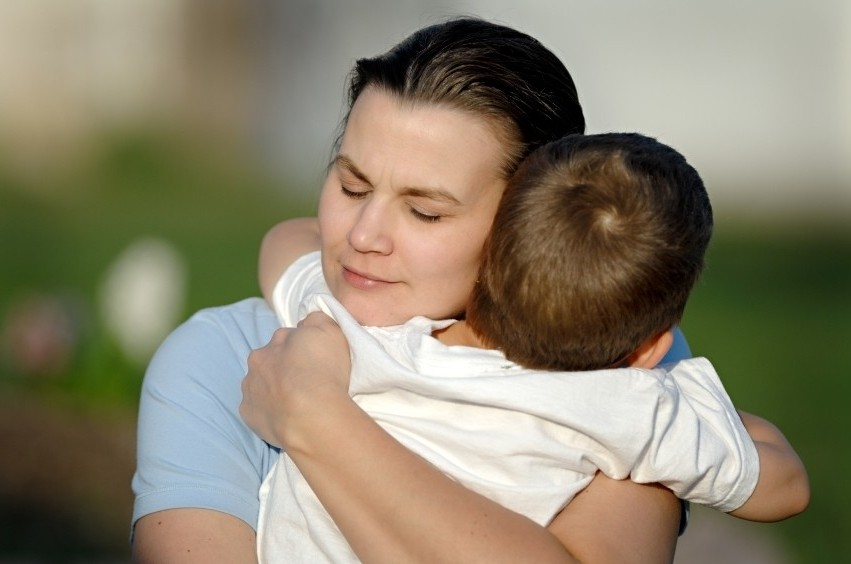 обнимает-сына