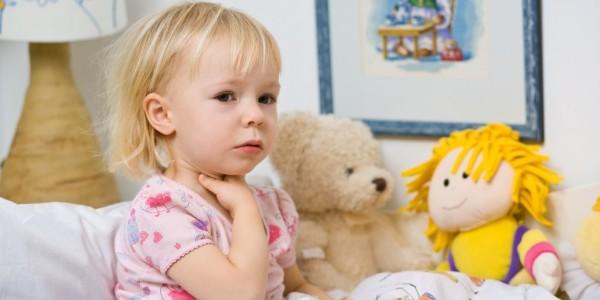 Почему часто болит горло у ребенка: причины и лечение