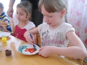 Девочка разукрашивает тарелку