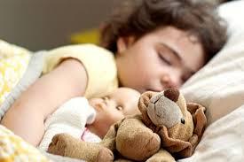 Спит с игрушкой