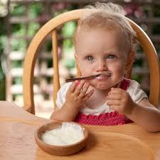 Девочка сама ест