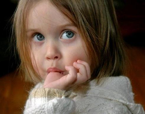 взрослая девочка сосет палец