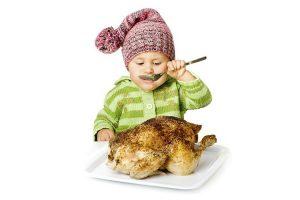 малыш ест курицу