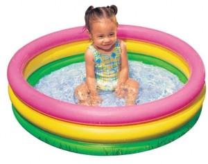Девочка в басейне