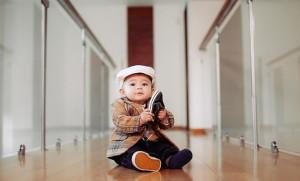 мальчик с ботинком