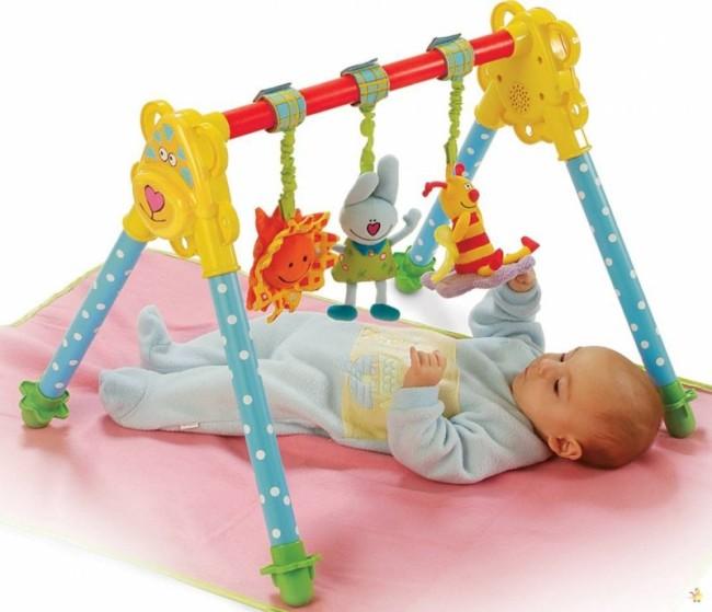 яркие игрушки в кроватку