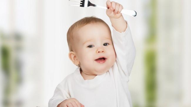 Малыш с вилкой