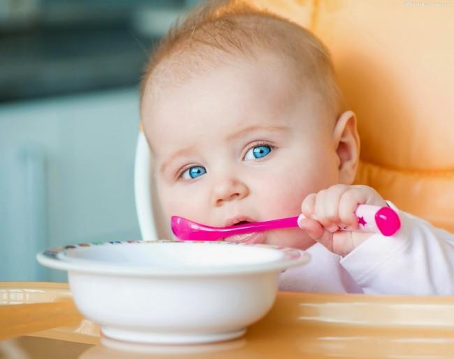 Ребенок кушает сам ложкой