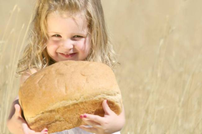 Девочка с хлебом