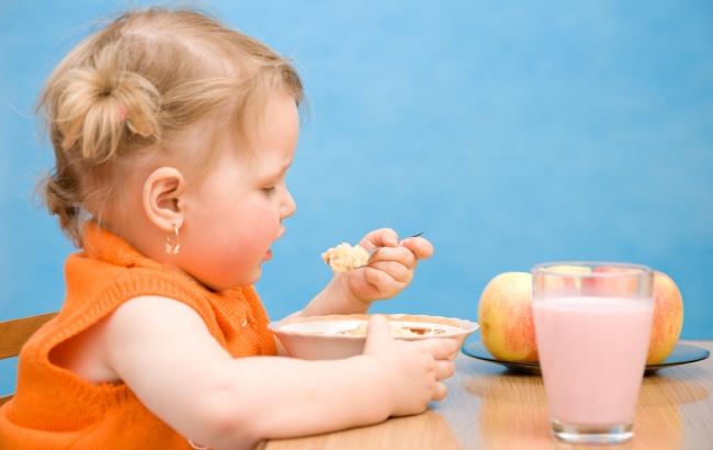 Девочка сама кушает