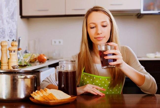 Девушка пьет компот из сухофруктов