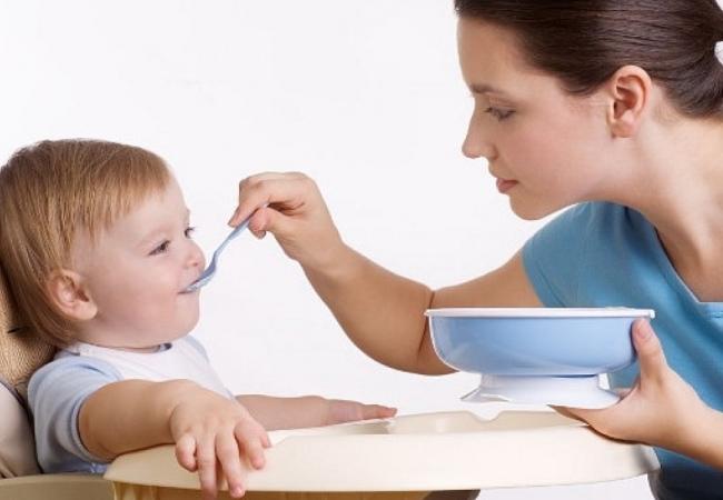Кормить ребенка с ложечки