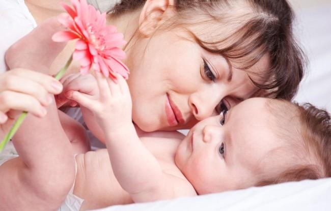 Кормящая мама с малышкой