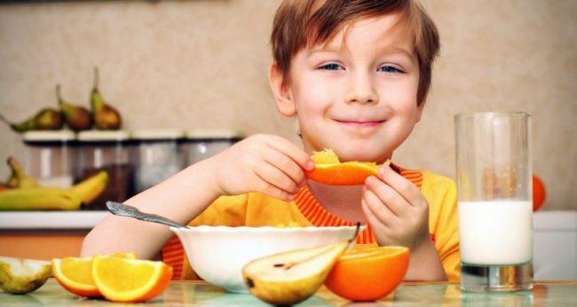 Мальчик кушает за столом