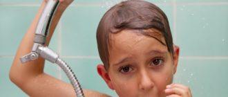Мальчик моется в душе