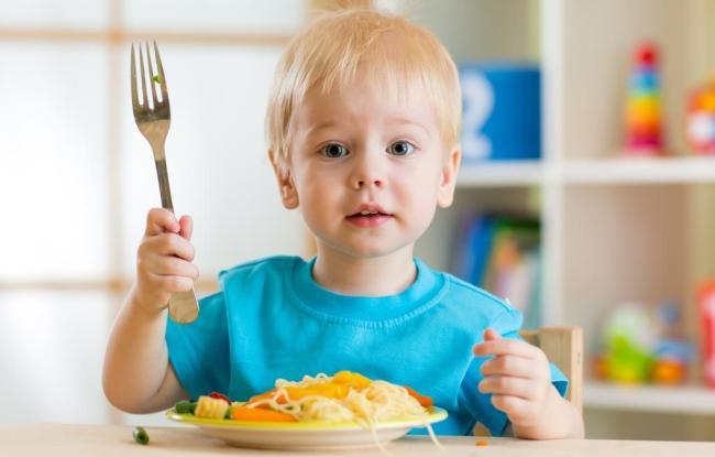 Мальчик с тарелкой спагетти