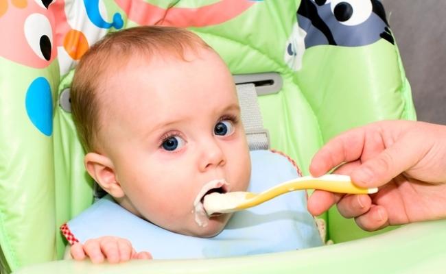 Малыш ест сметану