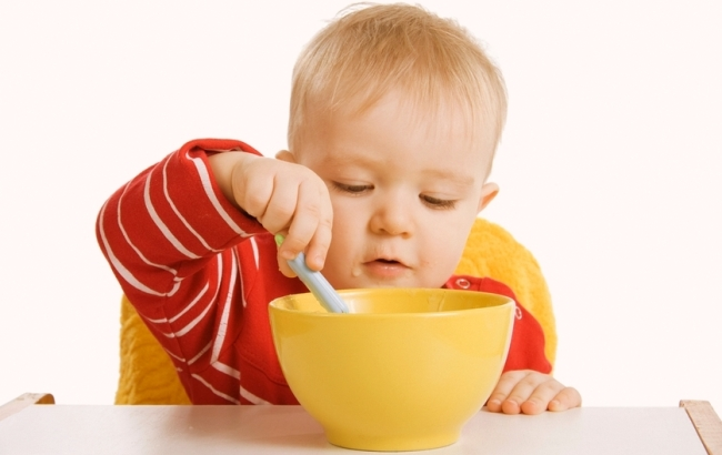 Малыш ест суп