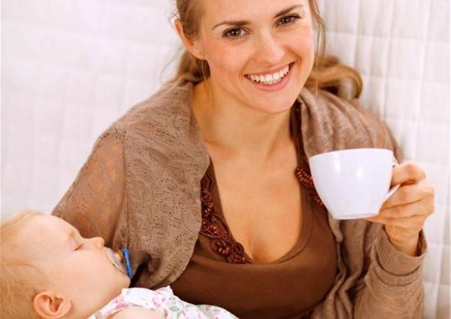 Мама пьет кофе