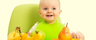 Ребенок ест фрукты