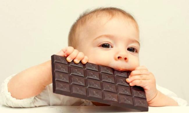 Ребенок ест шоколад