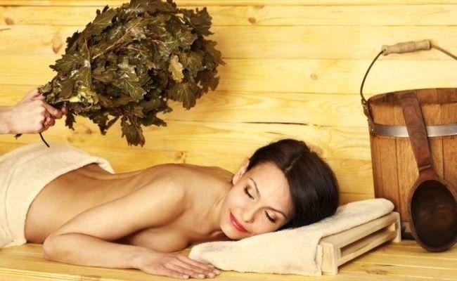 Женщина парится в бане