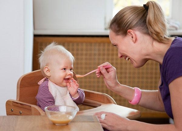 Мама кормит рбенка