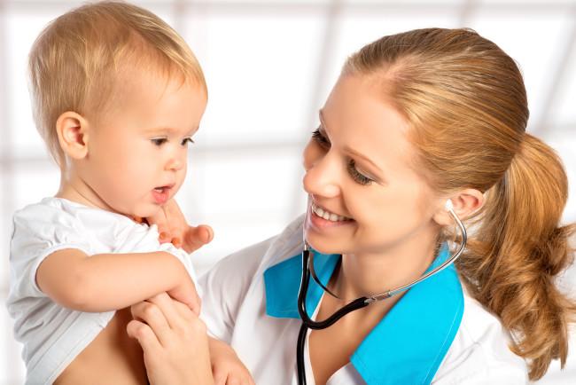 Доктор осматривает малыша