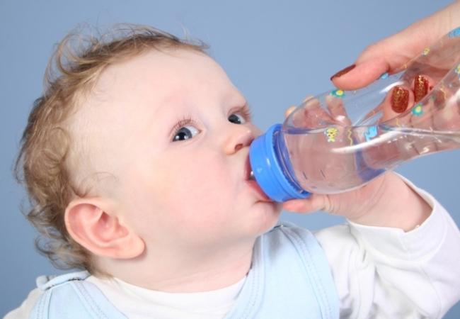 грудничок пьет воду