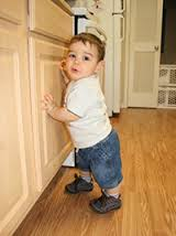 ребенок возле шкафа
