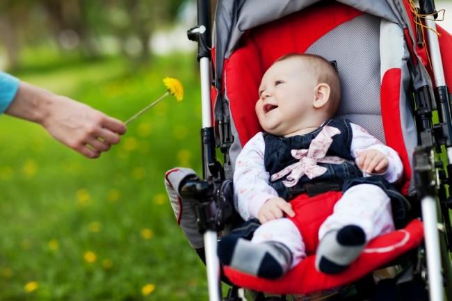 Малыш на прогулке в коляске