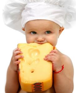 Малыш кушает сыр