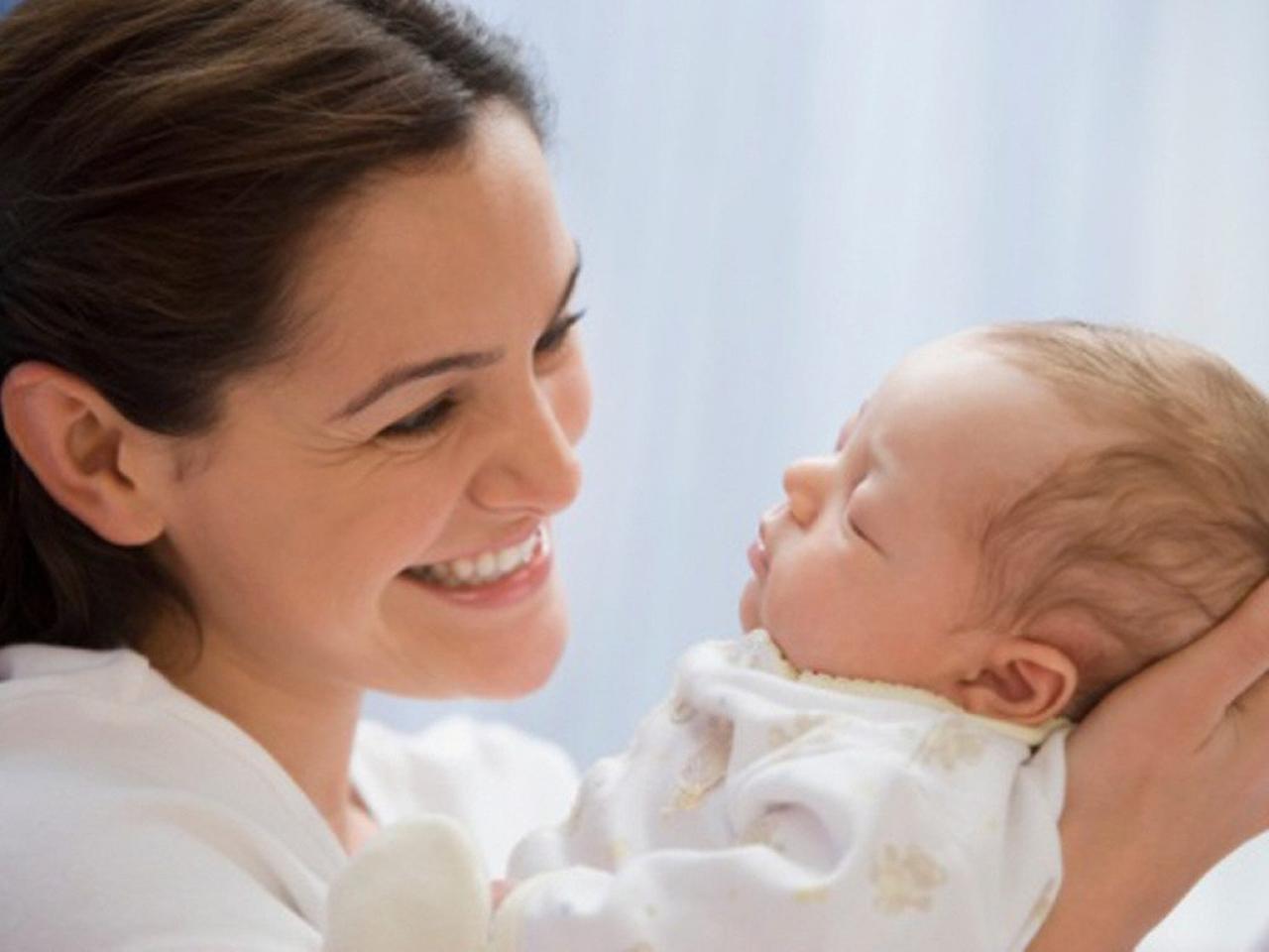 малыш-на-руках-мамы