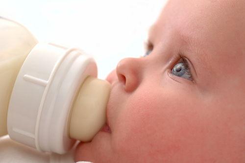 малыш пьет козье молоко