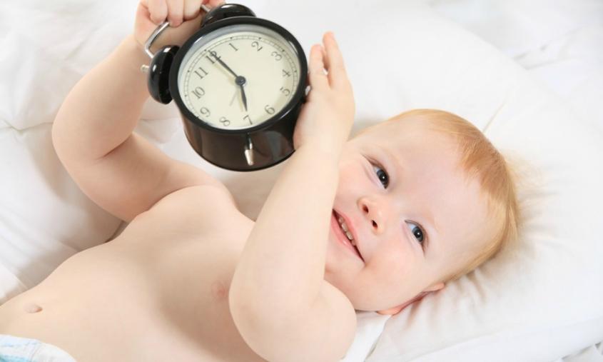 малыш с будильником
