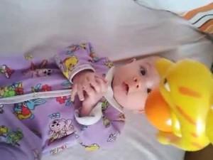 малыш смотрит на игрушку