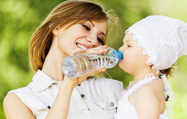 мама поит водой ребенка