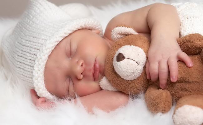 Младенец с мишкой